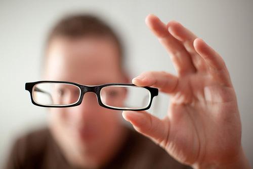 Pemakai Kacamata Memiliki Risiko Lebih Kecil Terinfeksi Covid-19 – FAJAR 2