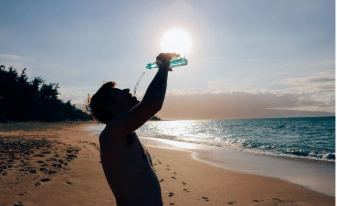 Empat Bahaya Minum Air Sambil Berdiri, Salah Satunya Gagal Ginjal – FAJAR 2