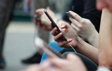 Kelamaan Main Handphone Bisa Mengakibatkan Tubuh Menjadi Lumpuh? – FAJAR 2